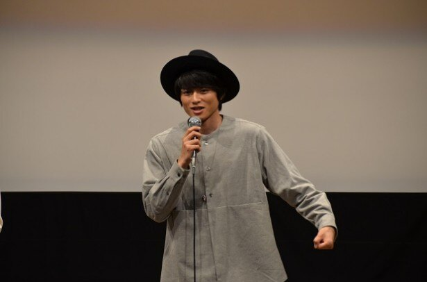 白洲は「副署長役の柳沢慎吾さんが、本当にずっと喋ってるんですよ!」と現場でのエピソードを明かした