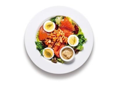【写真を見る】彩り鮮やかな「サーモンマリネのパスタサラダ」