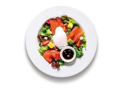 爽やかなポン酢ソースと温泉卵を添えた「サーモンマリネの和風サラダ」