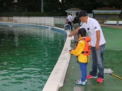 「ルアーは、糸を早く巻き取れば水中深くに潜らせられますよ」と、コーチ