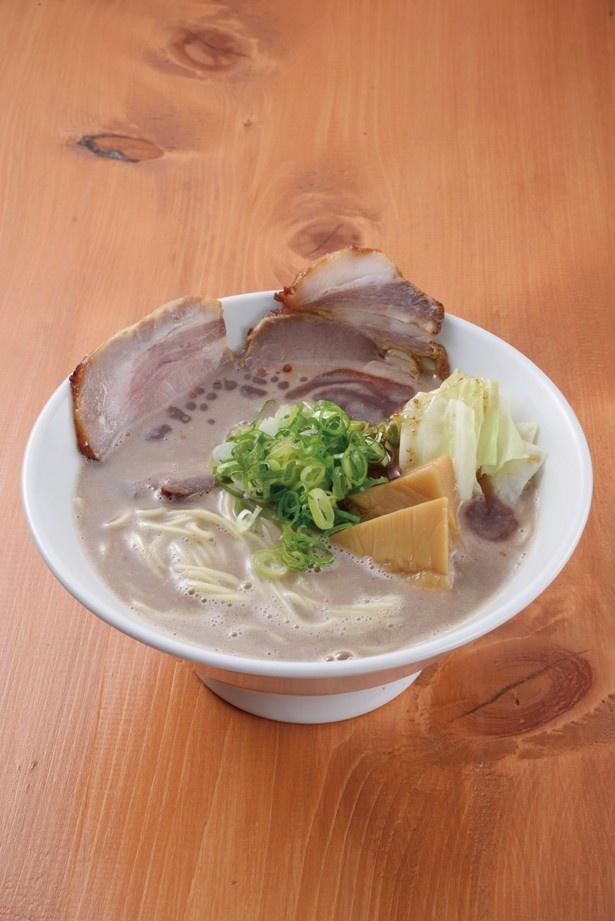 豚骨らーめん(750円)。豚骨スープは、臭みがなくクリーミーな口当たりで、麺ともよく絡む。仕上げにかけたニンニク油の風味が、豚骨の香りとマッチし、クセになる味わい