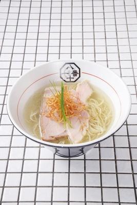 【写真を見る】東京・町田のラーメン店「81番」の人気メニュー・うま味塩そば(750円)。仕上げにかけたホタテオイルの濃厚な香りが、スープの風味を強調