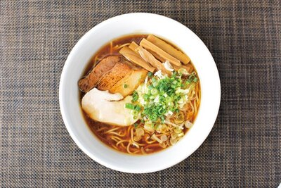 鶏醤油らぁ麺(780円)。丸鶏と鶏ガラ、魚介で抽出したダブルスープの一杯。キレのいい醤油味と鶏の甘味が口の中に広がる。コシと粉感 のある細麺はスープの持ち上げがいい