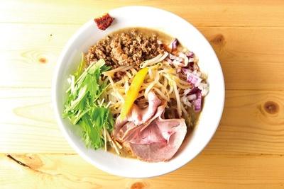 味噌ヌードル(780円)。7種の味噌をブレンドした濃厚なスー プに、彩り豊かな野菜がみずみずしさを加えている。挽き肉と自家製辛味噌で味の変化を楽しみたい