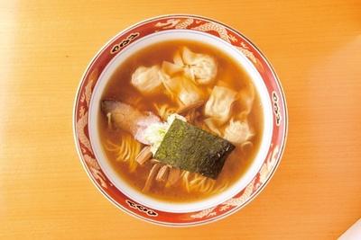 ワンタンメン(950円)。かづ屋からレシピを受け継いだ特大ワンタンがどっさりのった一杯。ツルリと喉越しのいいワンタンと、高級本膳醤油を使った和風のスープがぴったり