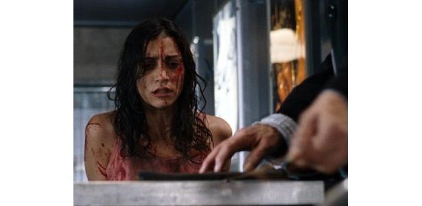 怯えきった女性。残酷な描写が論争を巻き起こした