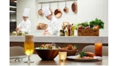 【写真を見る】その場で料理を振る舞うライブキッチンスタイル