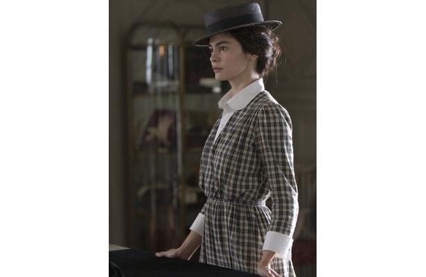 着こなすスーツは帽子との相性もバッチリ