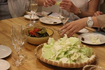 【写真を見る】今回の主役は「調味料」。新鮮なキャベツは増本さんお手製の味噌で食べる