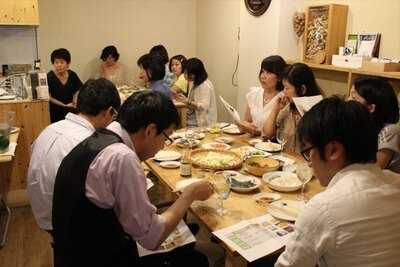 会話とワインを食事とともにを楽しむ参加者