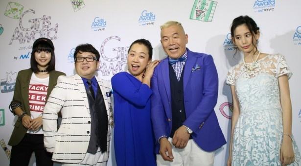 【写真を見る】ステージ終了後、武田玲奈、天野、いとう、ウド鈴木、金城茉奈(左から)が取材に応じた