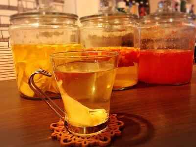 【写真を見る】10月下旬頃からスタートする「自家製ルポン酢」のお湯割り(お酒 550円、ノンアルコール 450円)