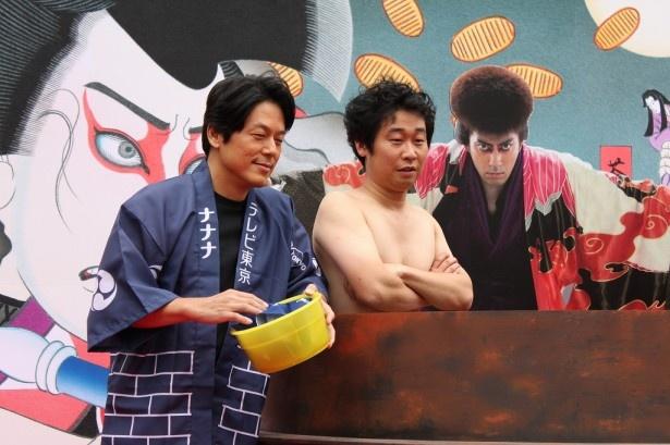 """海老蔵のパネルの前で""""いい体""""を披露する前野。山田も楽しそうな表情"""