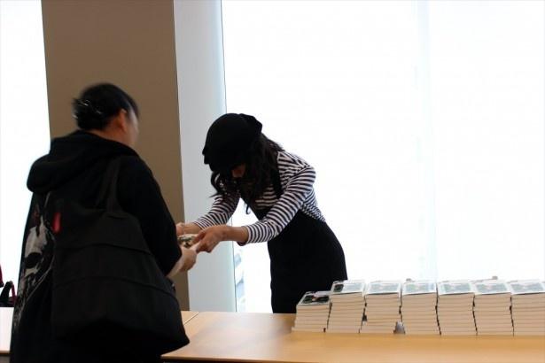 トークショー参加者にサイン本を手渡す栗原類さん