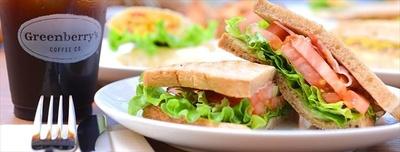 【写真を見る】サンドウィッチやマフィンなど、手作りのフードメニューも