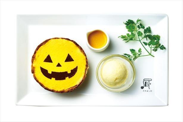 プレミアムカフェのみで提供される「焼きたてミニチーズタルト ハロウィン×パンプキン」(950円)。かぼちゃミルクソース をかけるとさらに深い味わいが楽しめる