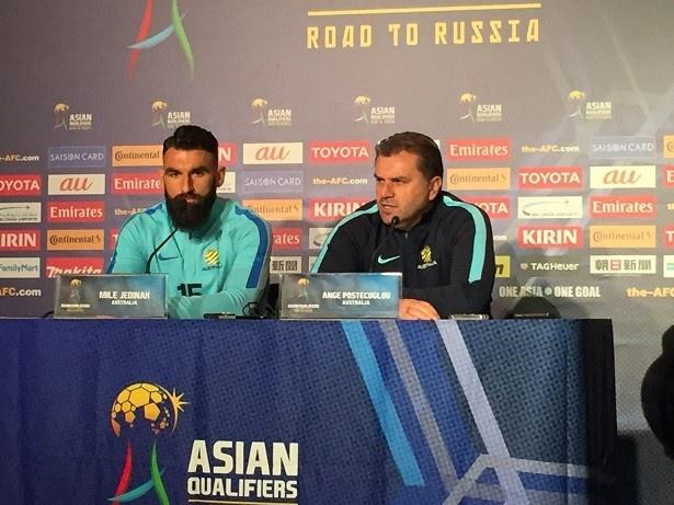 【写真を見る】オーストラリア代表のポステコグルー監督(右)とジェディナク選手(左)