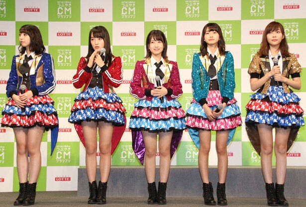 HKT48の松岡菜摘、田島芽瑠、朝長美桜、松岡はな、指原莉乃(左から)