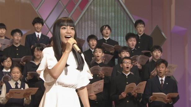 【写真を見る】miwa、スペシャル歌唱団とコラボ!