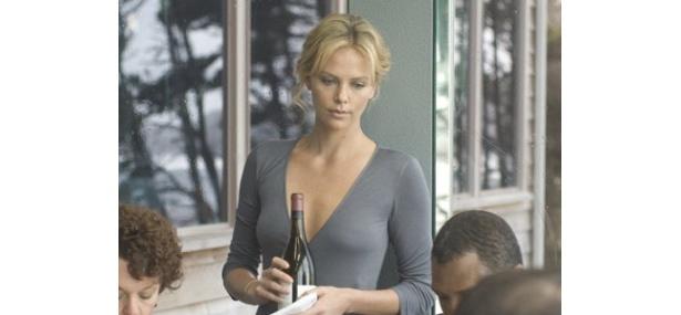 シャーリーズが演じるのは、行きずりの相手との情事に溺れる女性シルヴィア