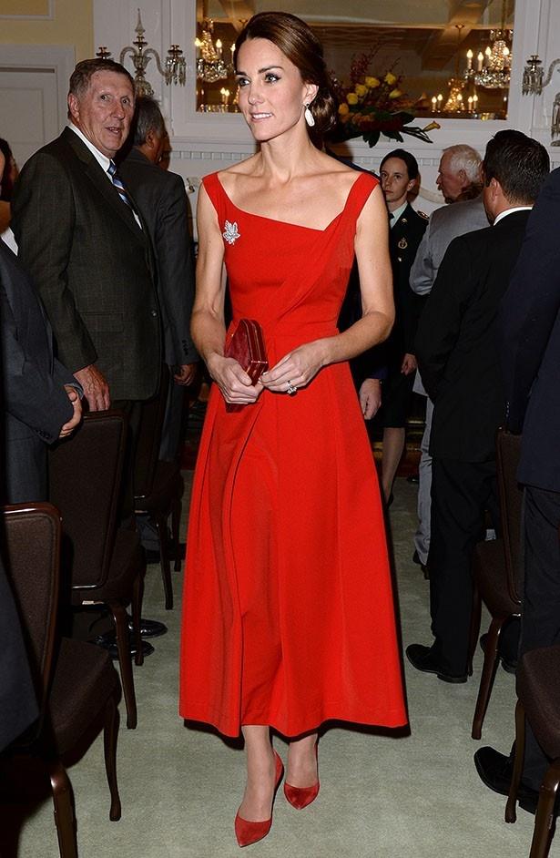 キャサリン妃がカナダ公式訪問のディナーで着たドレスは即完売した