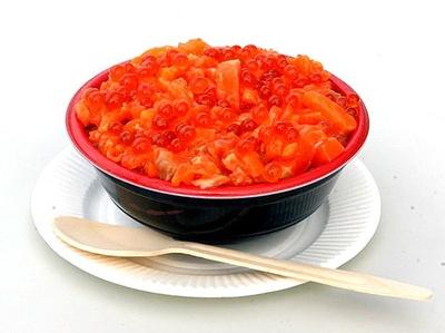 【写真を見る】いくらがたっぷりの贅沢な、札幌久兵衛の「とろサーモンといくらの親子丼」(1500円)