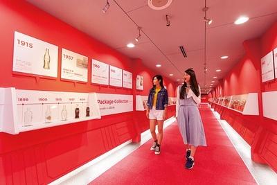 コカ・コーラの歴史がわかる「タイムトンネル」は9月にリニューアルしたばかり!(京都・コカ・コーラウェスト京都工場)