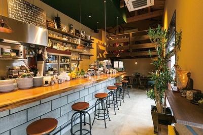 カフェ特集では、エスプレッソから食事まで1日中使える正統派バールも紹介(京都・IL ZaccaYa)