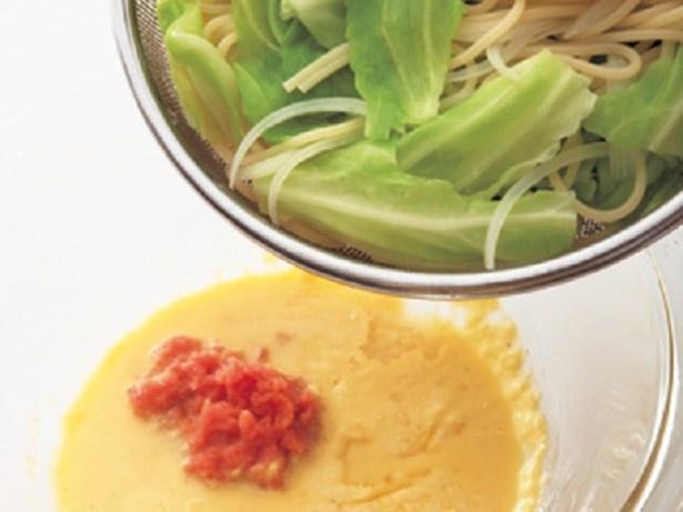 【写真を見る】豆乳を加えた卵液は、熱を入れ過ぎないよう注意。卵液を入れたボウルにゆでたスパゲッティと野菜を加えたら、さっとあえるようにしましょう