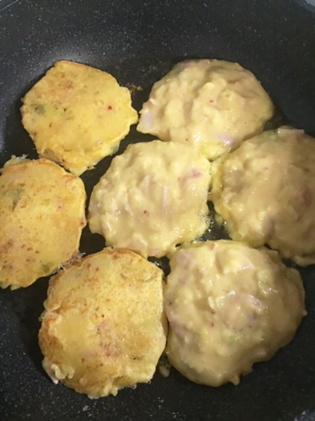 (写真C)プチパンケーキサイズに丸く生地を流して両面焼いていきま~す。ひっくり返しやすくて扱いやすい生地だー