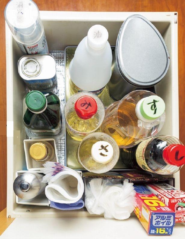 さ=料理酒、み=みりん、などふたに頭文字を書いて引き出しに縦収納すれば使いやすい!