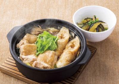 秋田県産あきたこまちを100%使用したきりたんぽと野菜をたっぷりと煮込んだ「鶏鍋(茄子小鉢つき)~きりたんぽ風」(1348円)