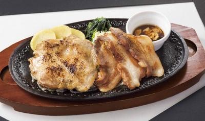 直火で炙り、香ばしさをプラスした炙りチキンと脂身の甘さと口どけの良さが特徴の美ら島あぐー豚を一緒に楽しめる「炙りチキン&あぐー豚のグリル」(1348円)