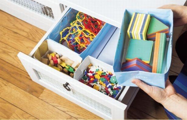 おもちゃの収納は、紙袋を利用して子どもがポンポン投げ入れるだけでOKの仕組みに