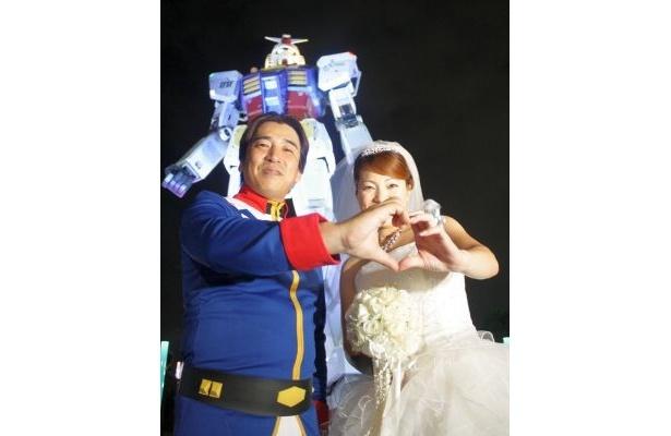 18m実物大ガンダム立像の前での結婚式「ガンダム×TGウエディング」が開催。愛を誓い合ったのは、応募総数548通の中から選ばれた甲斐康生さん(38歳)、恵美さん(37歳)の夫妻