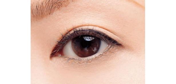 目を開けたときラインがこれくらい見えるのが理想。「太めのラインで、黒目が大きく見えるでしょ」