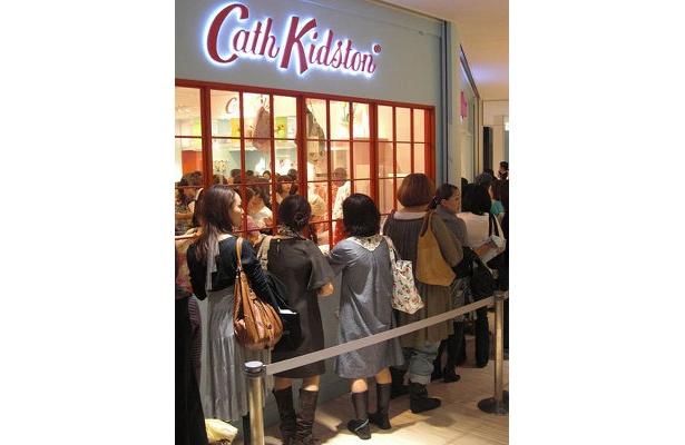 「キャス・キッドソン」に並ぶ女性客