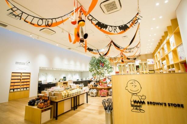 オリジナルグッズを扱うミュージアムショップBROWNS STORE(ブラウンズストア)もハロウィンをモチーフにしたガーランドで装飾。トートバッグやTシャツなど、ハロウィン