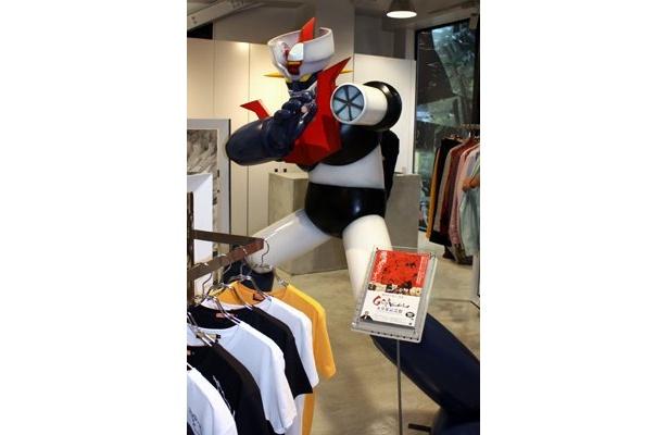 店内のマジンガーZがインパクト大の「Revelations/」。漫画家・永井豪とコラボしたTシャツ(6090円)など、オトコ心をくすぐるアイテムが豊富にそろっている