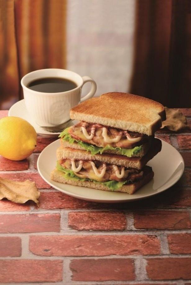 【写真を見る】カフェ・ド・クリエから秋の新メニューが続々登場!キノコをバターソースで合わせた「トーストサンド 日南どりのレモンバターソース」(単品440円、ドリンクセット650円)