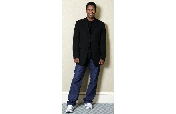 黒のジャケットにデニム、白いスニーカーで登場したデンゼル