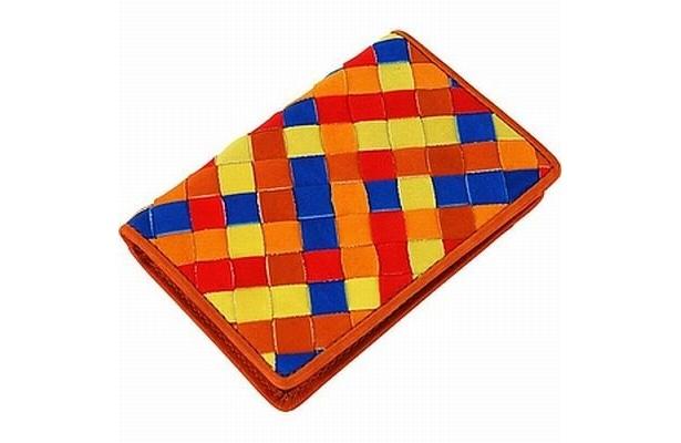 グラブ革の手ざわりはそのまま「グラブ革パスケース(カラフルメッシュ)」(5250円)