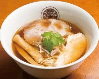 丹波黒どりの鶏ガラやモミジに、名古屋コーチンをプラスした、らぁ麺 とうひちの「鶏醤油らぁ麺」(750円)