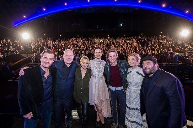 【写真を見る】ロンドン会場を熱狂させたキャストとスタッフの集合写真!