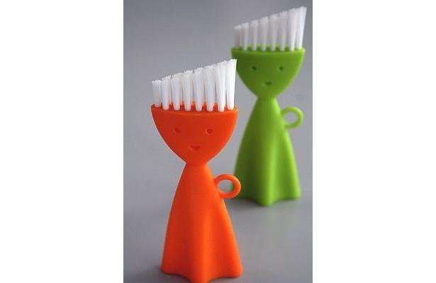 頭のミニブラシが、弁当箱の蓋のミゾやスミの汚れを洗うのに最適な「CLOR SPICEお弁当洗いブラシ」(¥280)。見た目もかわいい!