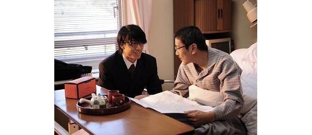 病を通して、息子との絆を深めていく厳格な父親に扮するのは奥田瑛二