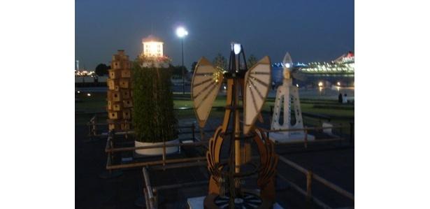 淡い光の灯台が、夜の象の鼻パークで迎えてくれます