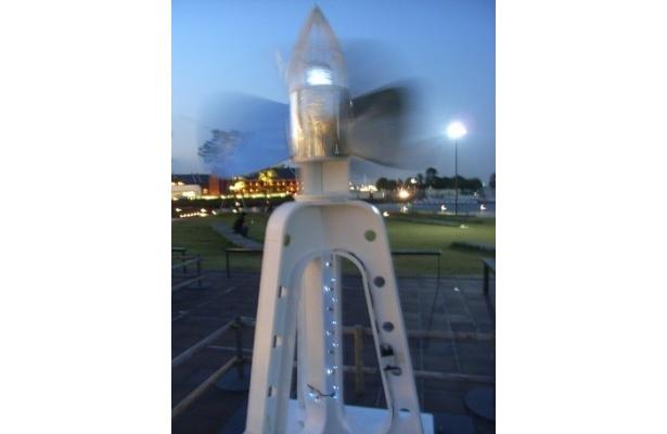 風に吹かれてプロペラが回る「スクリュウの灯台」