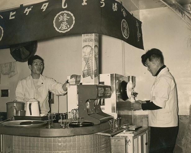 屋号の「蜂屋」はアイスクリーム作りに使っていた蜂蜜の「蜂」が由来ということもあり、創業当時は店舗2階でアイスクリームを販売