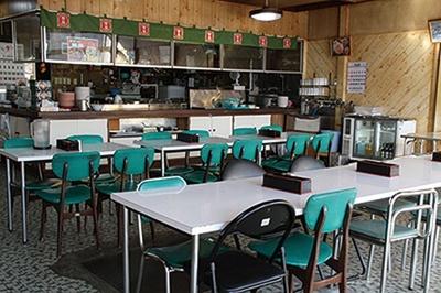 席数拡大のために1974年にリニューアルして以来、変わっていないレトロな店内